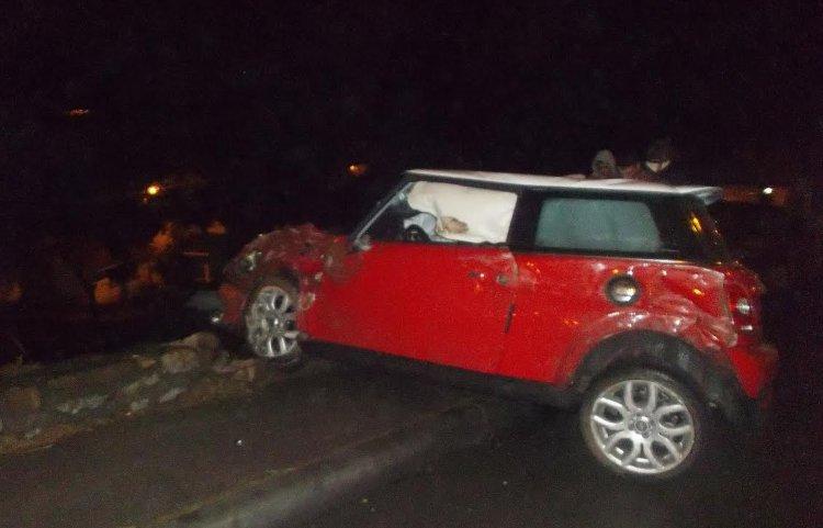 En el Mini Cooper viajaban tres jóvenes, el conductor, según los testigos, estaba alcoholizado.