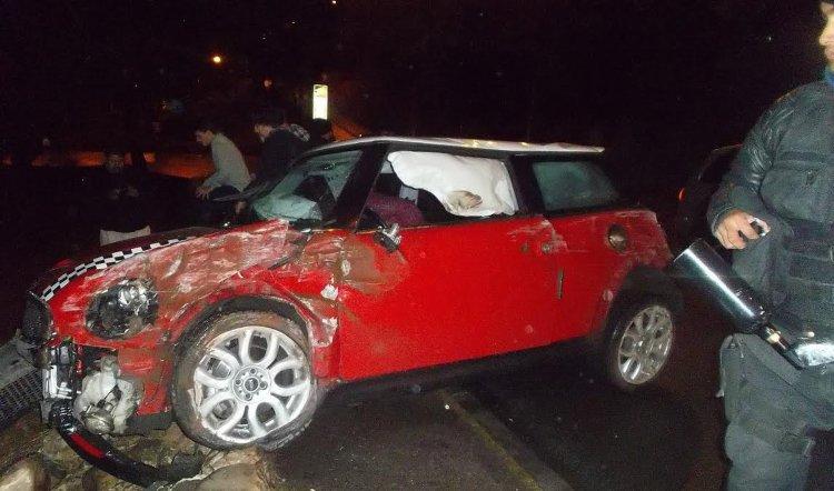 El Mini Cooper quedó destrozado en su parte delantera. (Fotos César Alurralde).