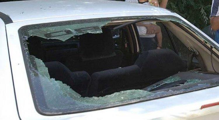 Uno de los autos rotos por los jóvenes en Balcarce.