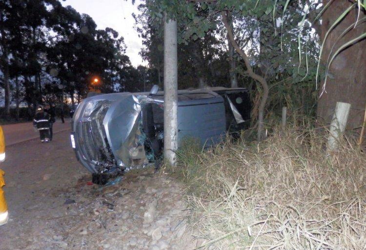 Después de varios tumbos la camioneta terminó pegando contra un poste de luz.