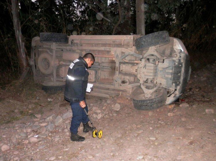 Un policía trabaja en el lugar donde una camioneta volcó y le pegó a un poste de luz.