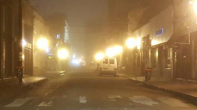 Pleno centro de Salta hoy a las 5.30 de la mañana. La niebla dejaba sin visibilidad a los conductores.