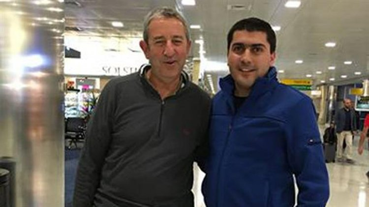 Julio Cobos y uno de los pasajeros del vuelo cancelado desde Nueva York. Foto: Facebook: Miguel Nimer