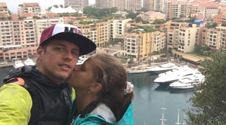 Un beso con la ciudad de Mónaco (Francia) como escenario.