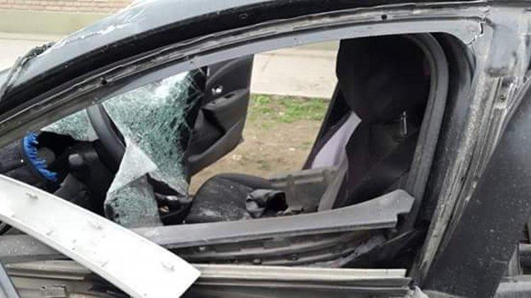 La parte lateral del auto Renault totalmente destruido.
