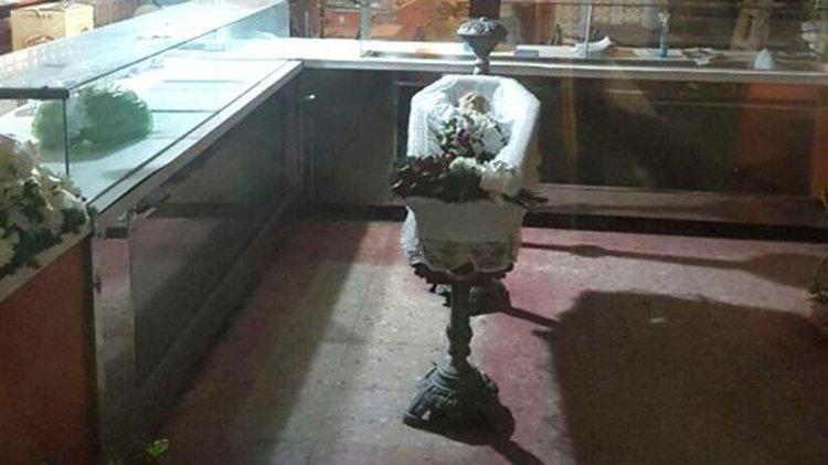 Apareció un ataúd con un cadáver en un local de pastas en Buenos Aires. Los vecinos, alarmados.