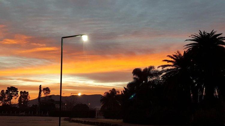 Amarillo, celeste y una nube blanca conjugando un grupo de colores en el amanecer salteño.