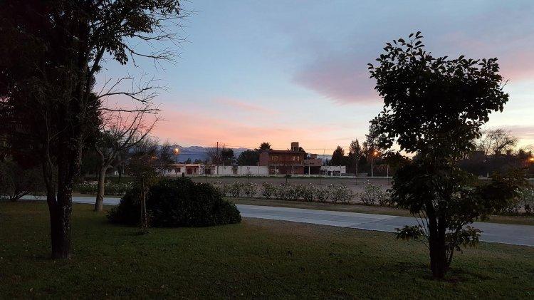 El cielo celeste con un rosa de fondo y los cerros recibiendo los primeros rayos de sol.