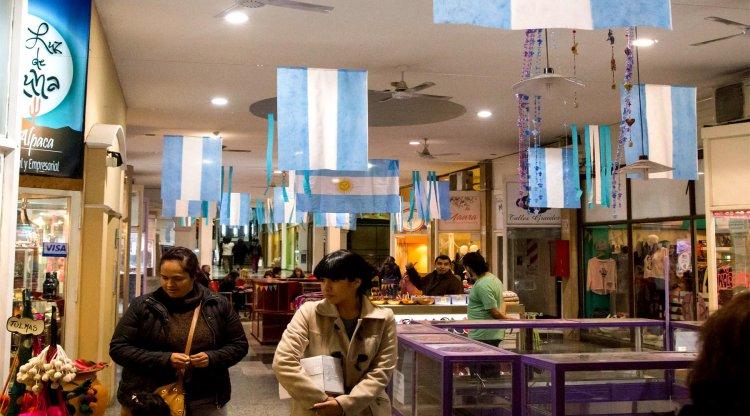 Las galerías comerciales, decoradas con banderas. Andrés Mansilla