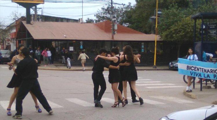 Los chicos hasta bailaron tango en las esquinas, donde fueron muy aplaudidos por la gente.