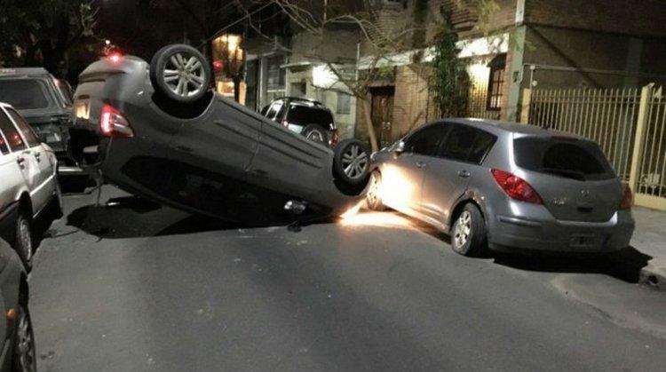 Así dejó el auto del conductor que volcó y chocó.
