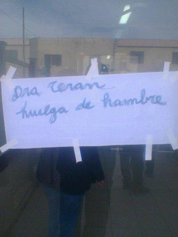 El cartel pegado en la puerta del Hospital de Embarcación.