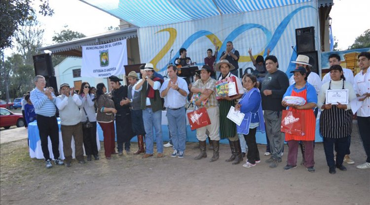 Los ganadores, sus premios y las autoridades presentes.