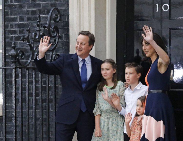 David Cameron y su familia saludan tras dejar el poder, su liderazgo no soportó el triunfo del Brexit.