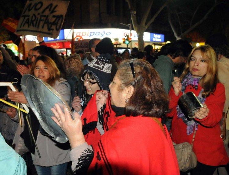 La capital mendocina, al igual que otras ciudades de la provincia, también tuvo protestas en contra de la suba de tarifas. Cientos de vecinos reclamaron en el kilómetro 0. Foto: Télam