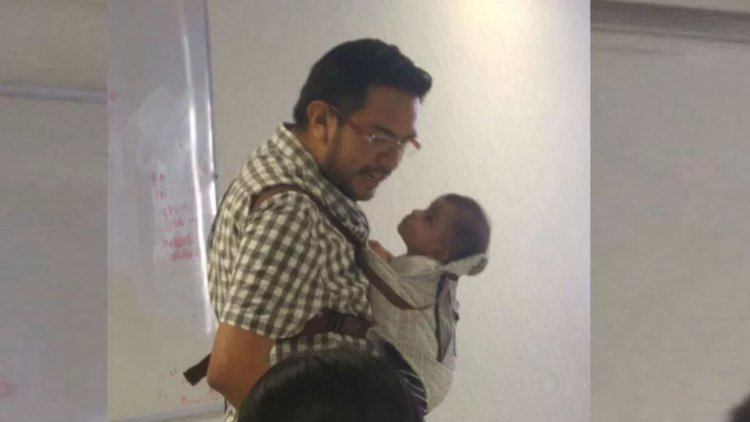 Moisés Reyes Sandoval, el profesor dio clases con el bebé de una de sus alumnas en sus brazos.