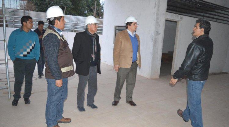 Funcionarios de Bolivia junto a Sergio Romero y Clemente Aramayo en una recorrida por las obras del estadio en Yacuiba