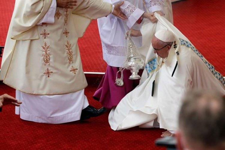 El Sumo Pontífice no sufrió lesiones.