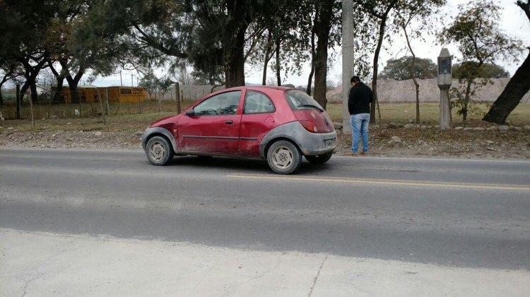 El auto involucrado, un Ford Ka, sobre la ruta 51.