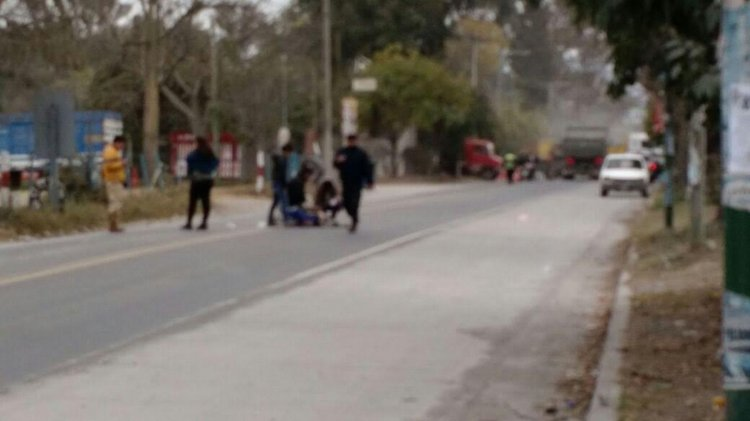 Apenas ocurrió el accidente los vecinos y la policía auxilió a la mujer atropellada.Fotos WahtsApp El Tribuno.