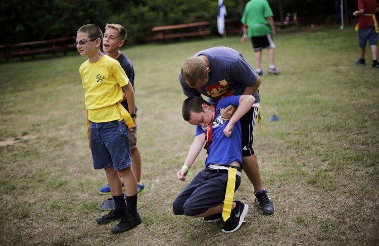 Ayudan a un niño que sufre un tic con el cual se desvanece. Foto: AP
