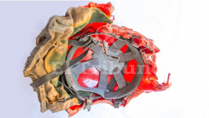 TRAGEDIA DE GUACHIPAS | Restos de plástico del derretido casco de Víctor Ferreyra quedaron pegados en la chaqueta que utilizaba el brigadista.