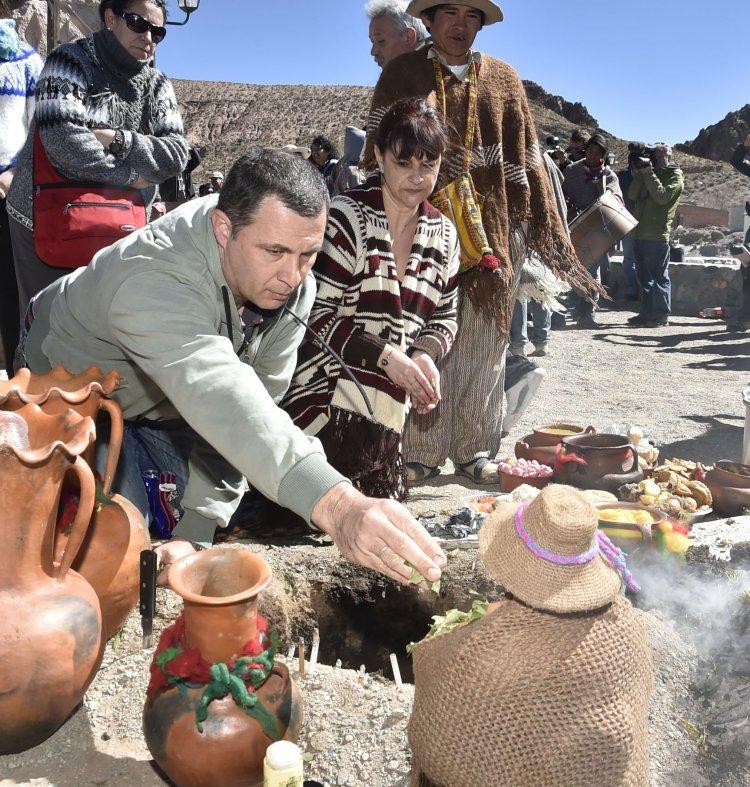 Los turistas también compartieron en San Antonio los rituales que se realizaron para rendir un homenaje a la Madre Tierra. Foto: Néstor Troncoso