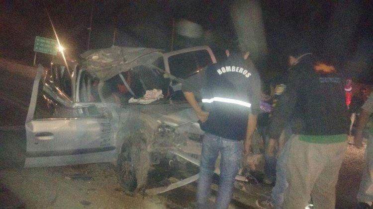 La policía llegó al lugar y rescató entre los hierros del auto a cuatro personas del Renault Clío.