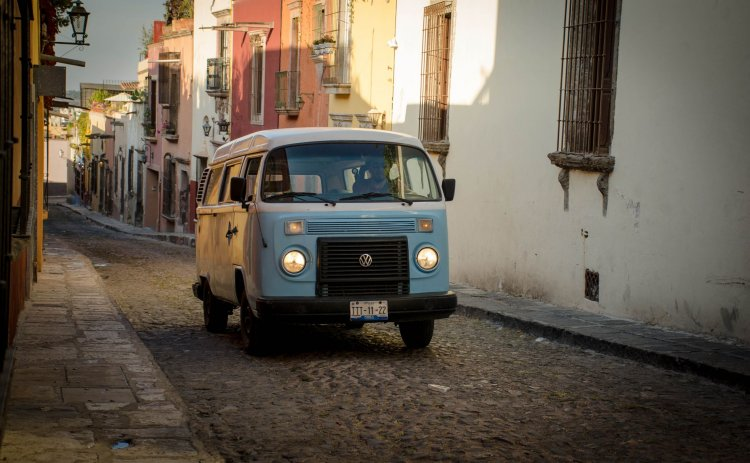 Bruno recorriendo con su combi las calles de San Miguel de Allende, un pueblo mexicano ubicado en el Edo de Guanajuato.