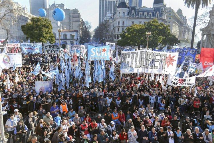 La concentración en la Plaza de Mayo para reclamar por una ley de emergenia social.