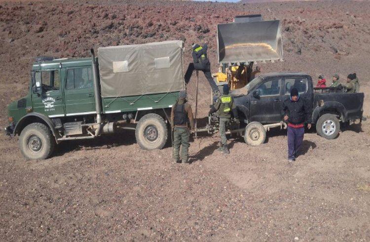 Gendarmería traslada la camioneta Toyota Hilux a San Antonio de los Cobres.