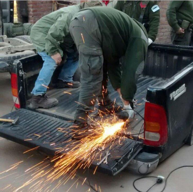 La droga estaba escondida en la caja de una camioneta Toyota Hilux.