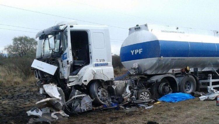 El Chevrolet Onix chocó frontalmente contar el camión.