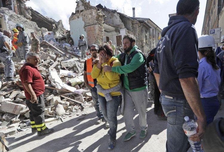 Una mujer llora desconsolada tras el sismo. Foto: AP