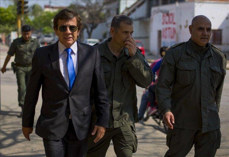 TABACAL | El fiscal federal Bruno, junto a efectivos de Gendarmería llega al Obispado. Foto: Javier Corbalán.