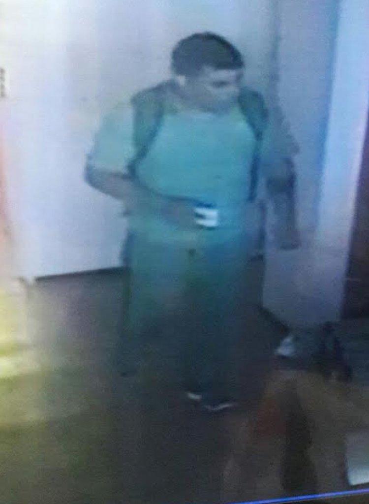 Este es el ladrón que ingresó a la casa y se llevó 15.000 pesos y una computadora portatil.