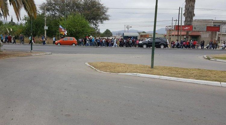 Los peregrinos de Brealito en el momento que pasaban por la planta editorial de El Tribuno rumbo a la Catedral.
