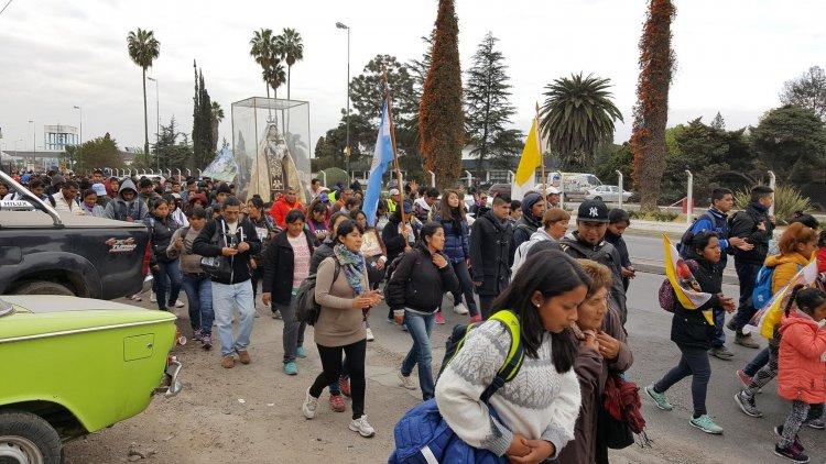 Dos mil personas se movilizaron desde Chicoana hasta la Catedral Basílica de Salta. Entre ellos muchos jóvenes.