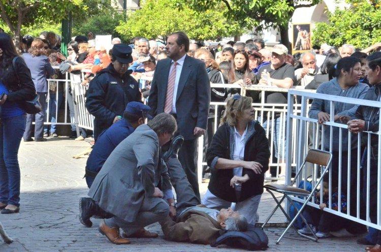El Samec y la Policía debieron asistir a un señor de unos 70 años que se desmayó en la Plaza 9 de Juliio.
