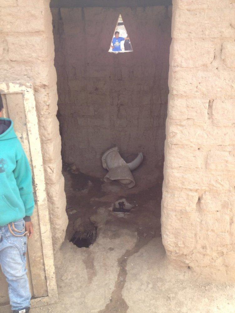 El baño inhabilitado de la escuela de Pozo El Tigre.
