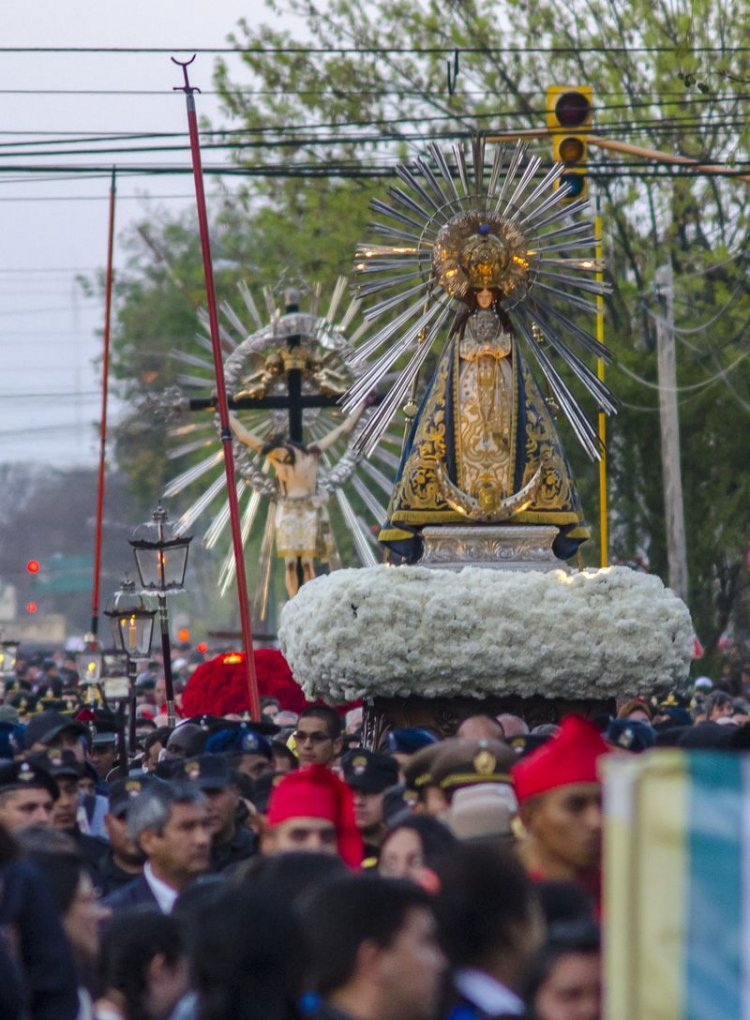 El momento en que las imágenes vuelven a la Catedral Basílica. Foto: Pablo Yapura
