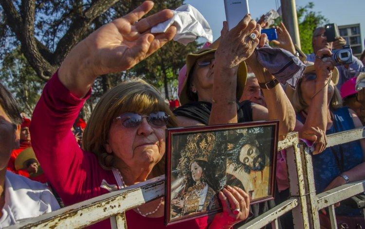 Un grupo de personas saluda a la Virgen del Milagro. Foto: Pablo Yapura