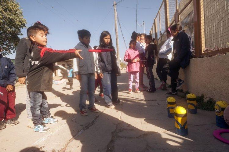 Los chicos y chicas de barrio Sarmiento durante los festejos del día del niño. Foto: Lucas Alascio
