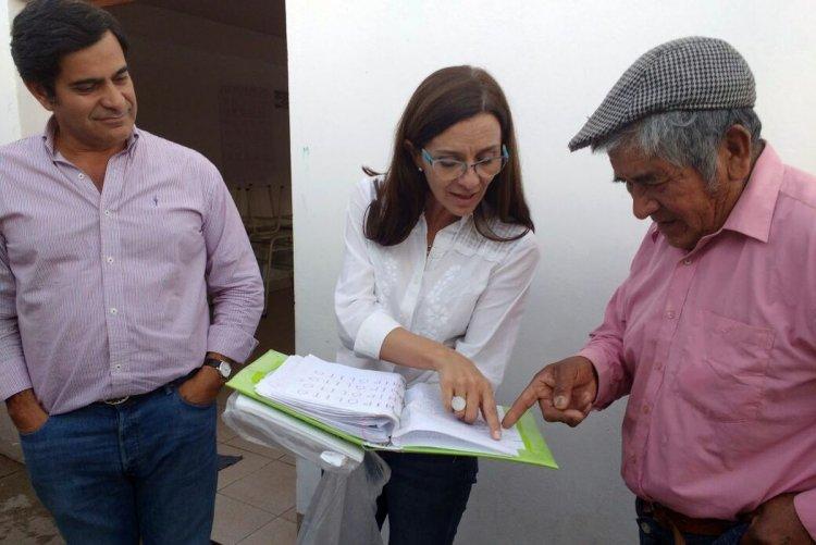 Hipólito le muestra sus apuntes a la ministra de Educación, Analía Berruezo.