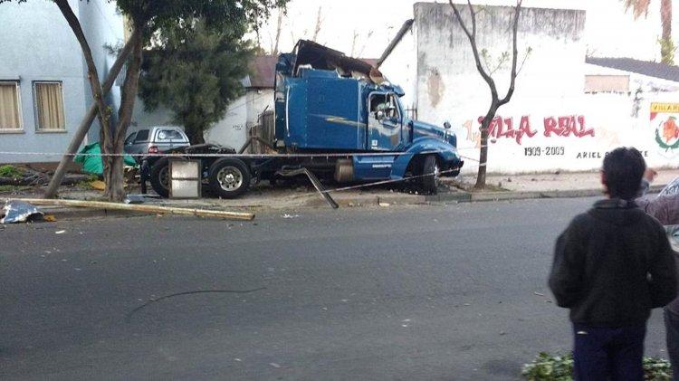 Así quedó el camión luego de chocar contra un auto y matar a un padre y a su hijo de 17 años. El conductor estaba alcoholizado.