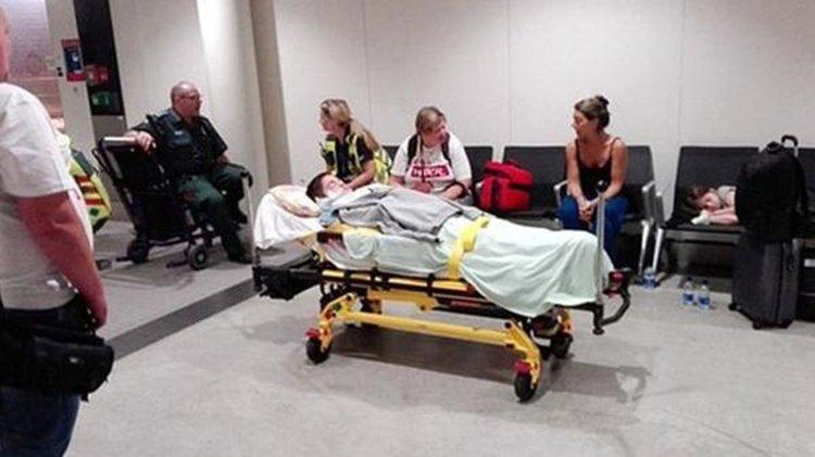 Nahuel Matías Santucho esperando ser trasladado al hotel desde el Aeropuerto de Londres.
