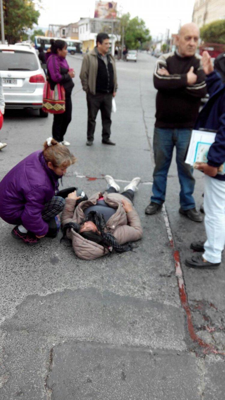 La joven herida es atendida.