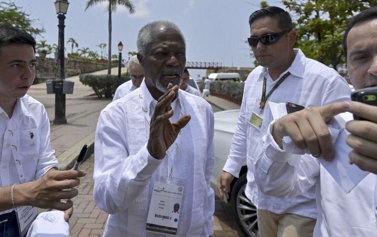 Kofi Annan presente en el histórico acuerdo.