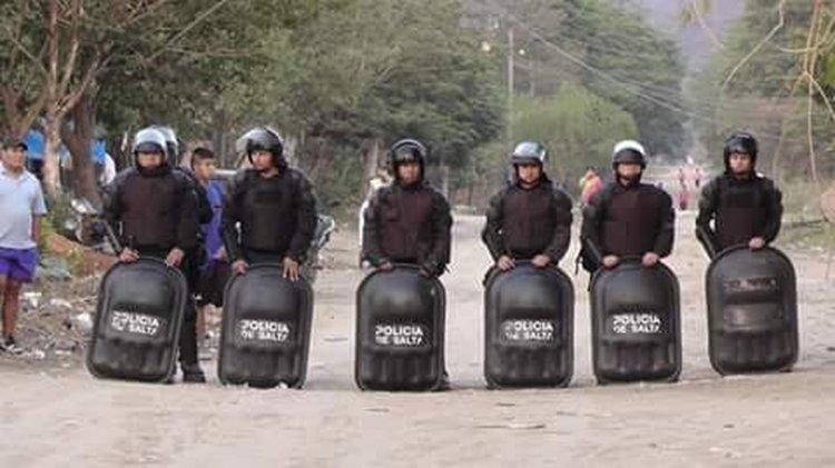 Parte de los Policías que están interviniendo en el desalojo.