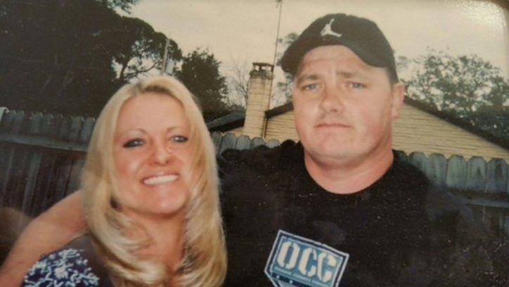 Kelly Black, la dueña de Paco, junto a su esposo. La mujer murió en un accidente de tránsito y su perro aún la espera todos los días.